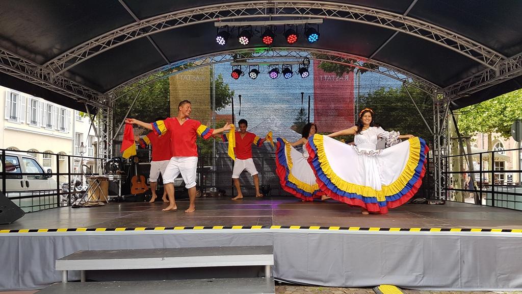 """Der """"Cumbia"""" Tanz aus Kolumbien, Internationalen Stadtfest"""" in Rastatt"""